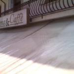Pulizia tenda da sole esterna di un bar