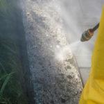 Lavaggio di un muretto esterno con idropulitrice