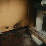 Casa sporca di fuliggine dopo un incendio