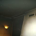 Muri sporchi di fuliggine dopo un incendio