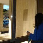 Pulizia vetri nella zona comune del condominio