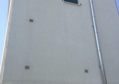 Pulicasa esegue la pulizia di muri esterni alti