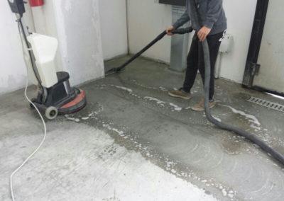 lavaggio pavimento in cemento