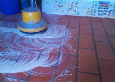 particolare lavaggio pavimento in cotto