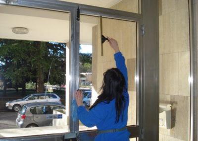 pulizia vetri poPulicasa specializzata nei vetrirtoni d ingresso