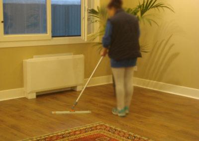 scopatura con veline a pavimento in parquet