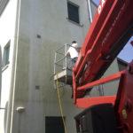 Lavaggio di un muro esterno alto con utilizzo della cesta
