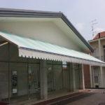 Pulicasa esegue il lavaggio di tende da sole dei negozi
