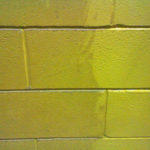 Dettaglio muro sporco e pulito dopo lavaggio Pulicasa