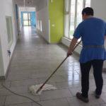 Personale Pulicasa durante il lavaggio di un paviment